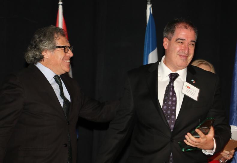 Dr. Baranchuk receiving his award