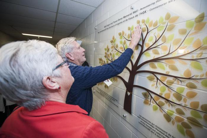 A family added their loved ones name to the Organ and Tissue Donor Memorial Wall